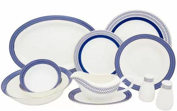 seturi de masă veselă in porțelan alb cu margini albastre stil azulejos